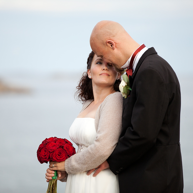 Da solen hadde gått ned gikk brudeparet og bryllupsfotografen ut på klippene bak villaen for å knipse noen bilder med sjøen som bakgrunn