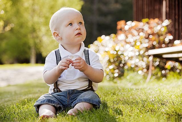 Det er deilig å sitte i gresset når det er vår