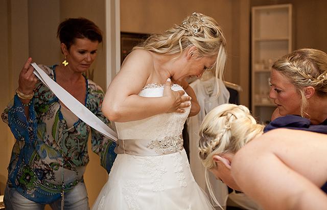 Maria får hjelp til å få på seg brudekjolen