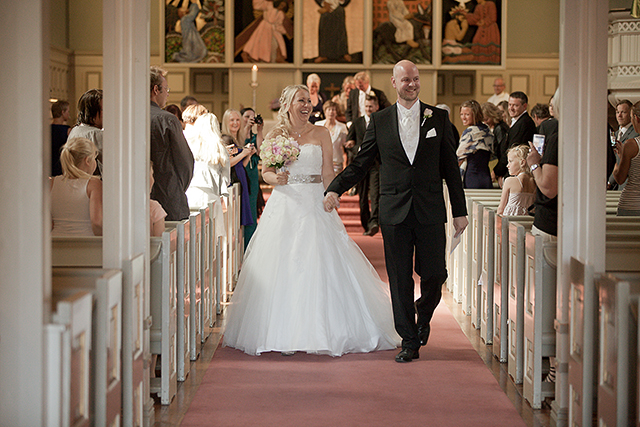 Maria og Thomas på vei ut fra kirken som ektefolk
