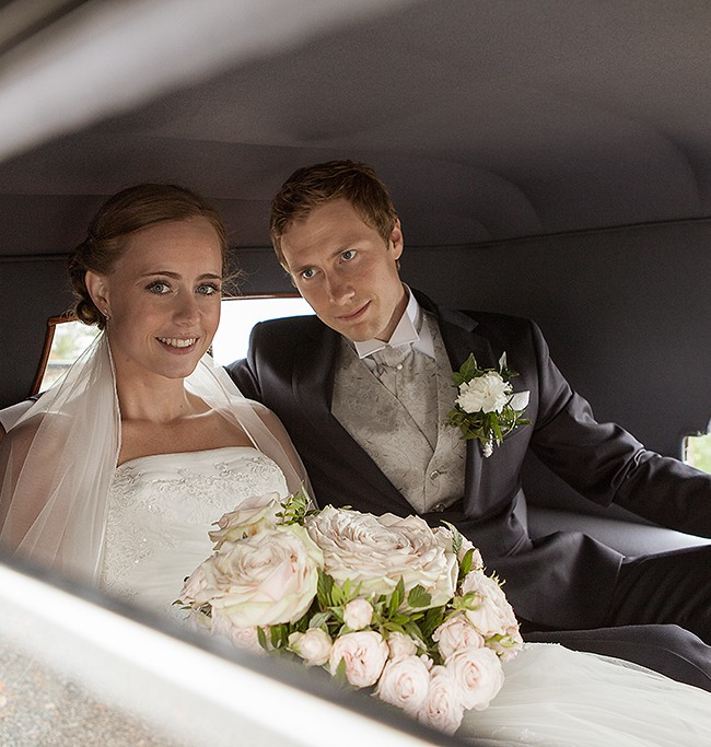Brudepar i gammel Rolls-Royce