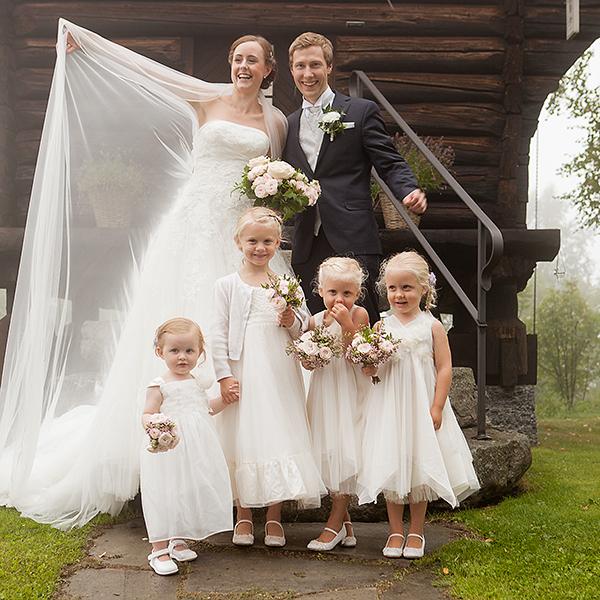 Brudeparet og brudepikene forran Lysebus stabbur