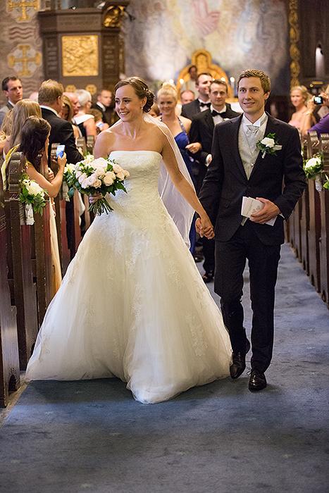 Mie og Richard er gifte, og på vei ut for å motta forsamlingens gratulasjoner