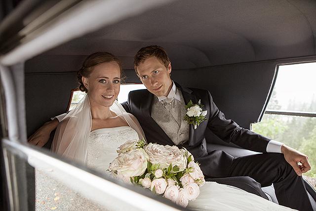 Brudeparet i en vakker gammel Rolls-Royce