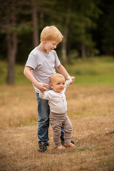 Jonas hjelper Leon å gå på hestebeitet