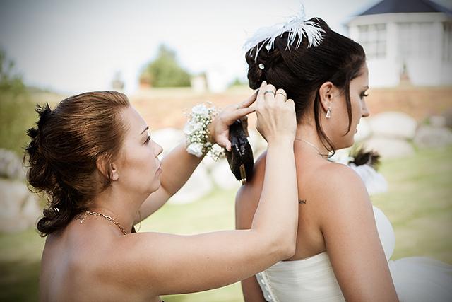 Brudens søster order med frisyren før fotograferingen