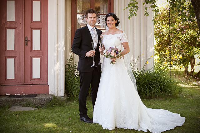 De nygifte tar en skål utenfor den gamle husmannsplassen