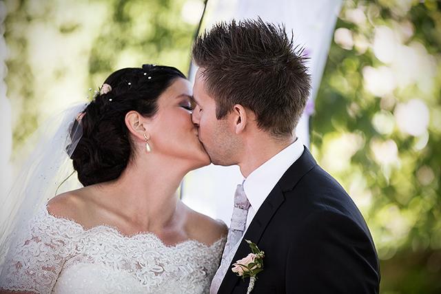 Brudeparet er nettopp blitt erklært for å være rette ektefolk
