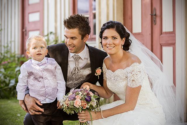 Brudeparet sammen med sin brudesvein og sønn
