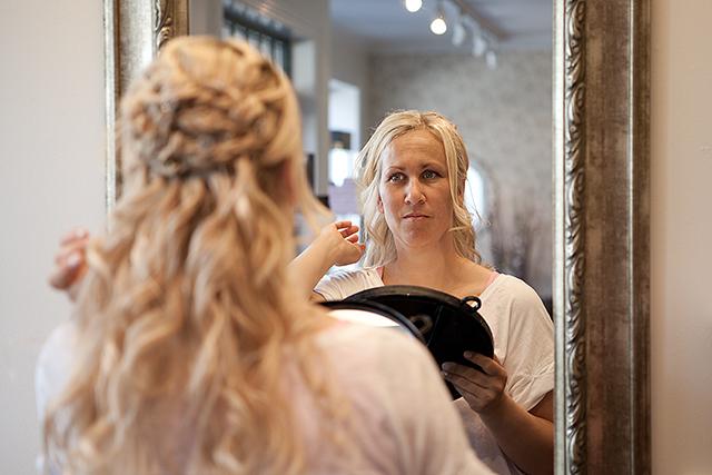 Bruden sjekker at hun er fornøyd med frisyren