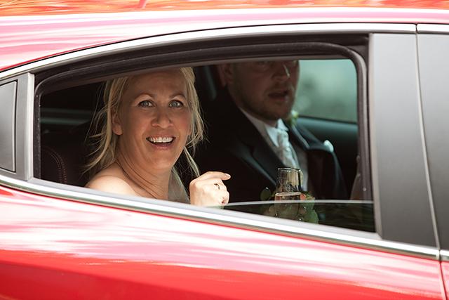 Brudeparet forlot kirken i en rød Alfa Romeo