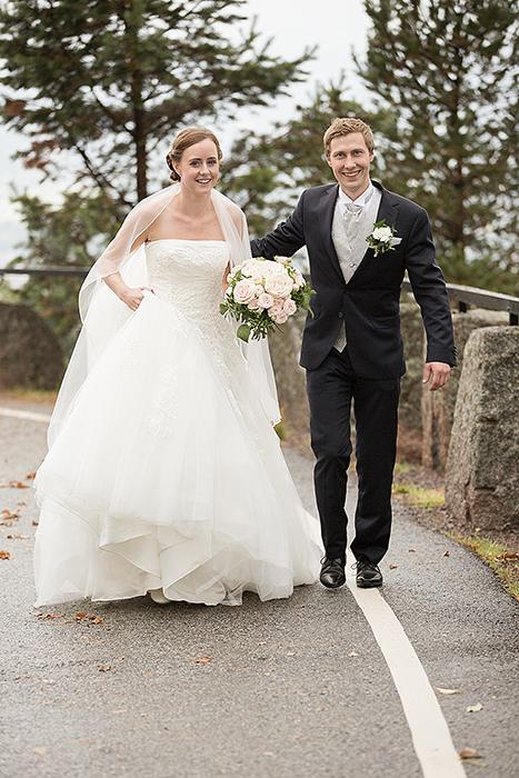 Brudeparet spaserer på veien til Lysebu, bare for at fotografen vil det