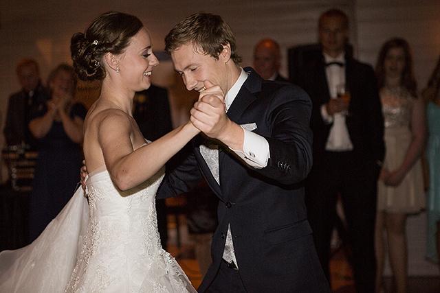 Når brudevalsen ble danset var det ganske mørkt i lokalet