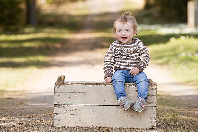 En blid ettåring hos fotografen