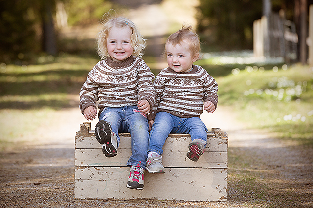 To søstre fra Sandefjord poserer for et søskenbilde