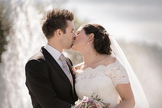 Et kyss, men hvalfangstmonumentet i bakgrunn