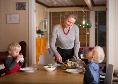 Karianne serverer fisk til sine barn